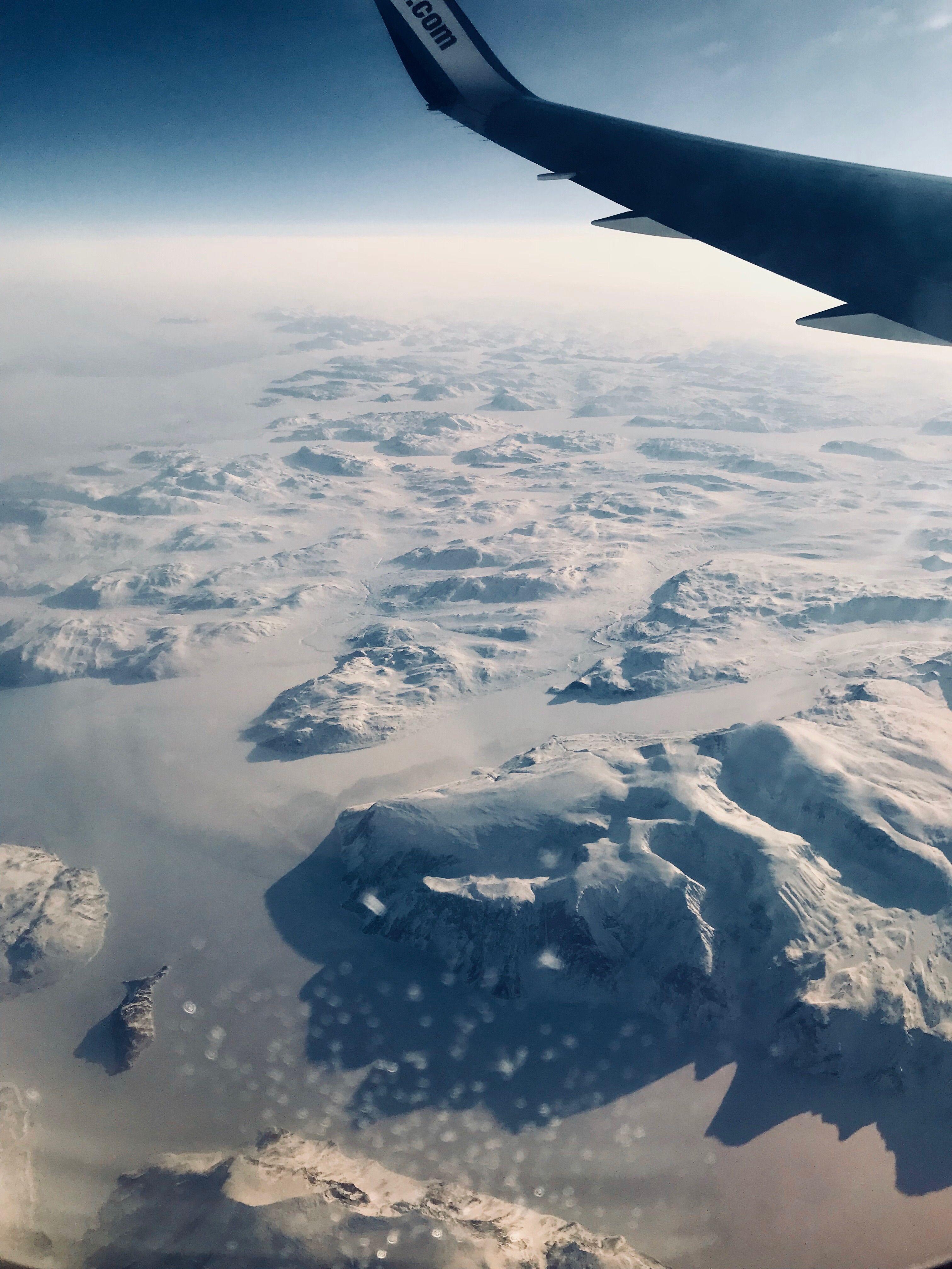 L'aileron d'un avion qui vole au-dessus du Canada enneigé.